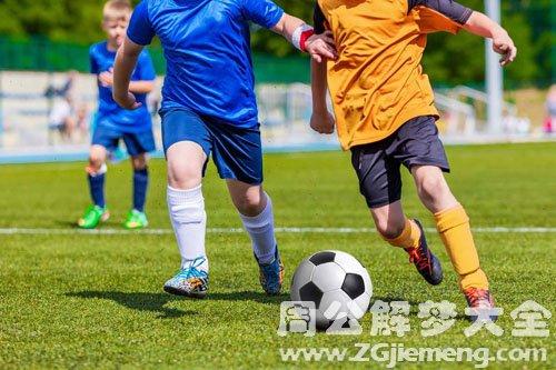 足球、踢足球