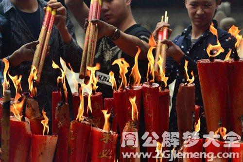 庙宇烧香拜佛