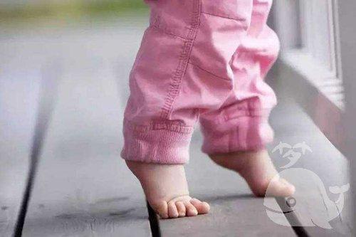 梦见光着脚走路
